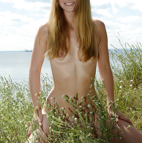 Showy Beauty: Dana nude in nature